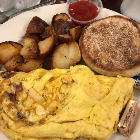 Port Jefferson, État de New York : Apple, bacon and brie omelette amazing combo.