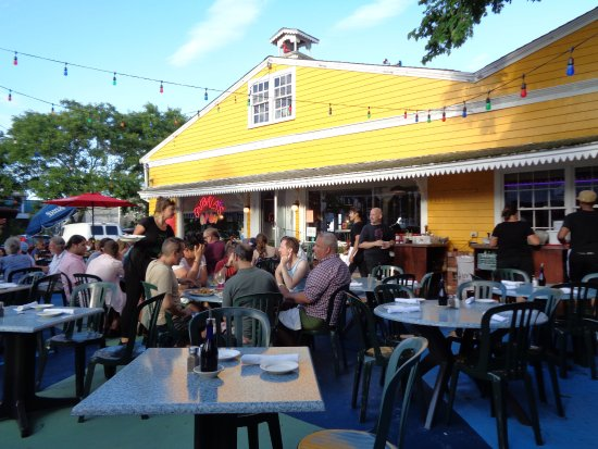 Bubala's by the Bay: Early dinner crowd