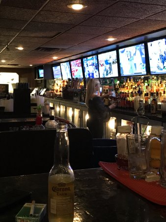 Brownstown Township, MI: Huge bar with a ton of new TVs