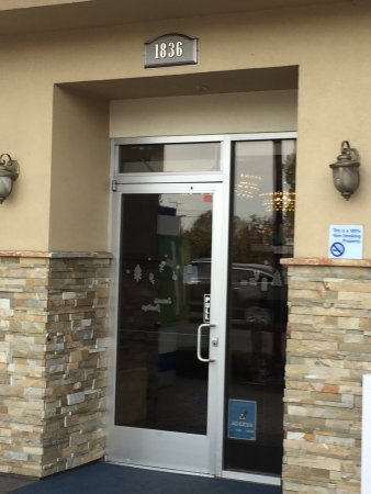 Holiday Inn Express: Hotel Entrance to reception