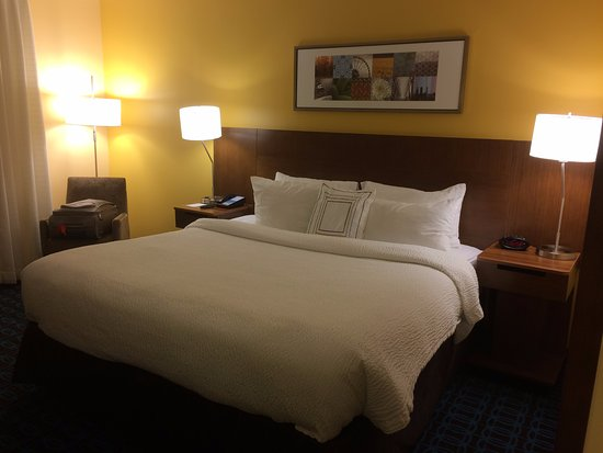 Fairfield Inn & Suites Dulles Airport Chantilly: King Bed.