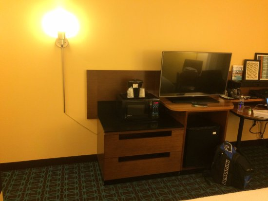 Fairfield Inn & Suites Dulles Airport Chantilly: TV, mini refrigerator, and microwave.