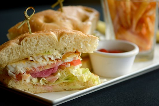 Tualatin, Oregón: Halibut Sandwich ~ grilled filet, homemade tartar, tomato, marinated onion, grilled focaccia