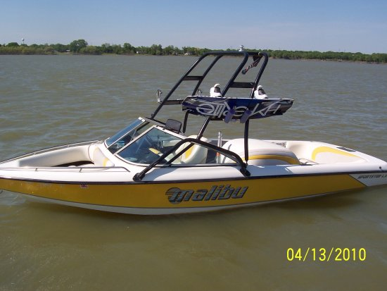 Lake Dallas, TX: 20 foot Malibu sport boat for tubing / wake boarding / water skiing / 7 passengers