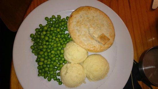 Olinda, Avustralya: Meat and mushroom pie with mash and peas