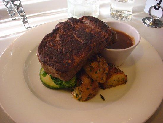 Lithgow, Australia: Nice Eye Fillet steak, vegetables and gravy