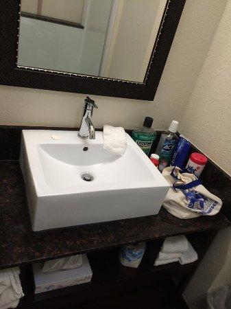 Locust Grove, GA: Bathroom sink area.....