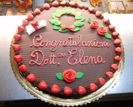 Torta di laurea pan di spagna crema chantilly realizzata for Decorazioni per torte di laurea