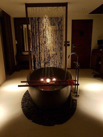 Hansar Samui Resort: grand suite bath with roze petals (thank you Hansar stuff!!!)