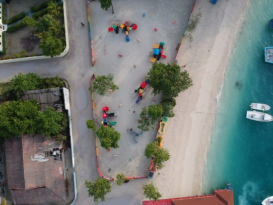 Canopus Retreat Thulusdhoo: A kids play ground near the beach - another reason to visit Thulusdhoo