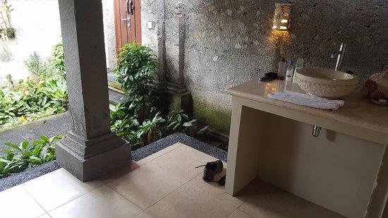 Santi Mandala : Outdoor bathrooms