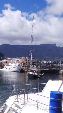 The Table Bay Hotel: Table Mountain from teh dock behind the hotel