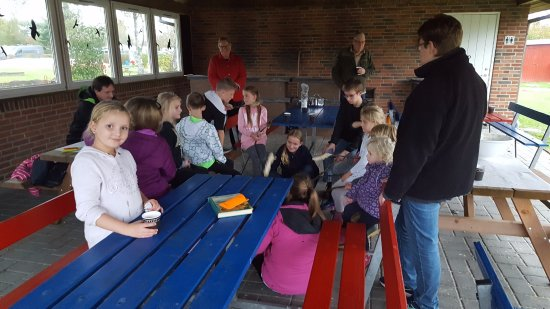 Nakskov, Denmark: Jens fortæller eventyr for børnene i det skønne fællesområde