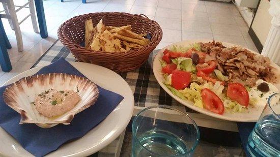 el greco: gyros (girarrosto verticale di maiale contornato con insalata) 9€ e 2 porzioni di pita 1,50€