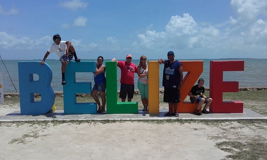 Ladyville, Belize: A family enjoying the attarction in Belize city from off the cruise ship