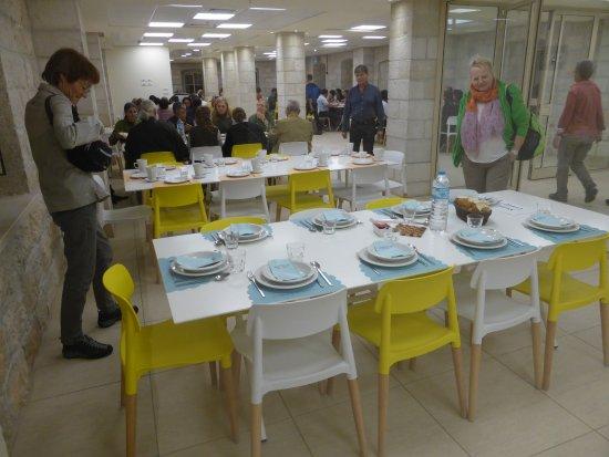 Sisters of Nazareth Convent: Tische im Speisesaal