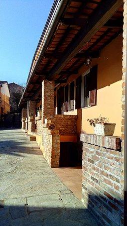 Cortazzone, Italië: Alloggi laterali con porticato