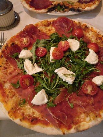 Thalwil, İsviçre: Crispy wood-oven pizza
