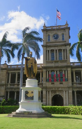 Exterior of Ali'iolani Hale with King Kamehameha Statue (December 2017)