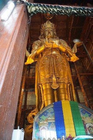 Migjid Janraisig Sum : Eindrucksvolle Statue der Göttin Janraisig im Gandan-Kloster