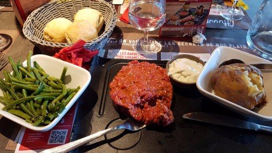 Gémenos, France : Tartare de boeuf préparé. Très moyen !