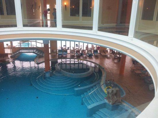 Hotel All'Alba: parte superiore centro benessere con sottostante piscina interna.
