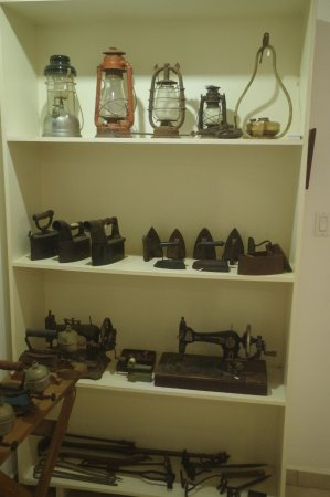 Bonaire Museum: Interesting irons and sewing machines.