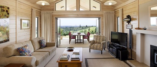 Katikati, New Zealand: Guest Lounge with log fire and sky TV alfresco dining area on covered deck beyon