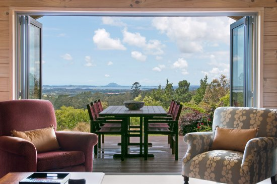 Katikati, New Zealand: Looking out from guest lounge to Alfresco dining area on covered deck with magnificient views