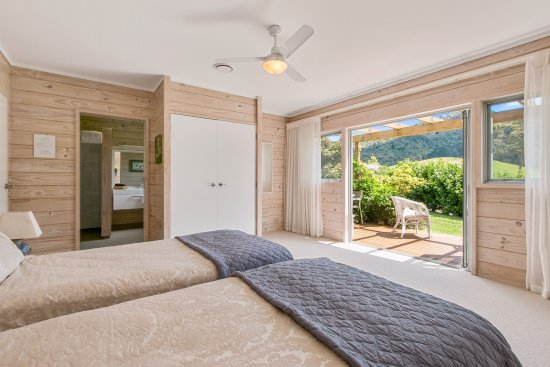 Katikati, New Zealand: Kaimai Room with twin beds and room for rollaway- Lovely mountain views