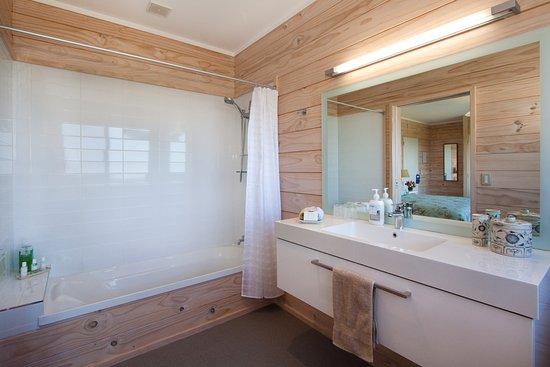 Kaimai Country Lodge: Matakana Bathroom with spacious with shower over bath