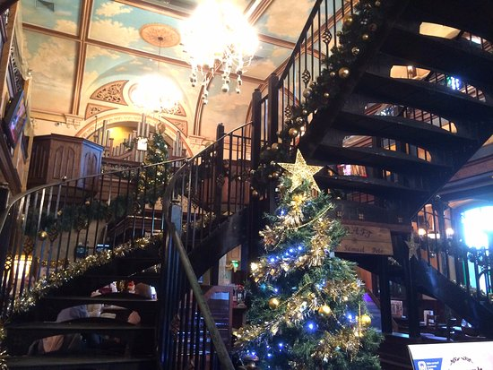 The Samuel Peto - J D Wetherspoon: Wonderful old Church rescued by Weatherspoons!