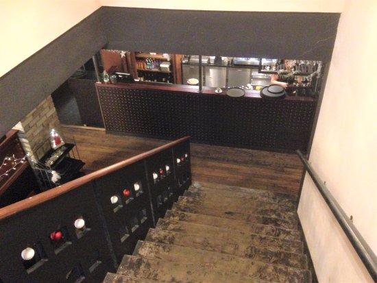 escaliers descente de l 39 tage vers le bar picture of angeluzzo thionville tripadvisor. Black Bedroom Furniture Sets. Home Design Ideas
