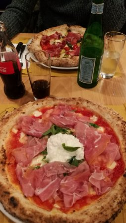 Cassano Magnago, Italia: Pizza con Crudo e Stracciatella su letto di rucola