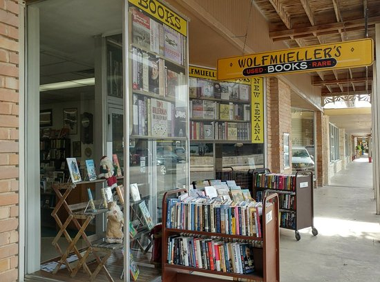 Kerrville, TX: Curbside view of Wolfmuellers Bookstore