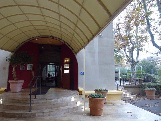 هوتل أكوابيلا: Accès au restaurant de l'hôtel l'Orangerie