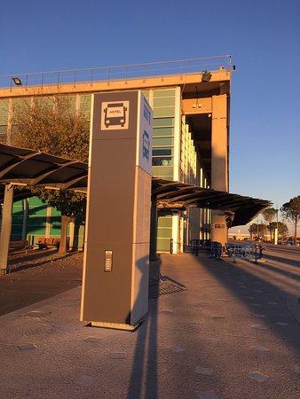 Marignane, France: Paal voor intercom shutlle-service (tussen hal 1 en hal 2)
