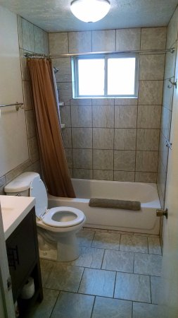 Nampa, ID: Shared Bath Between Rooms #2 and #3
