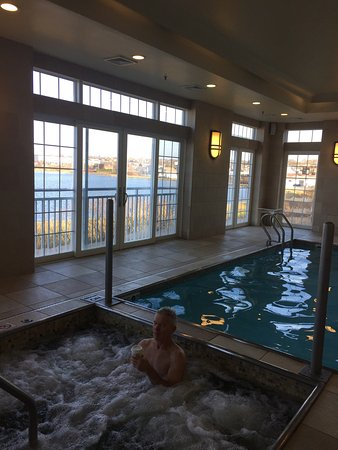 Newport Beach Hotel and Suites: Wonderful hotel with many amenities!  Views from our king bed water view room number #470 in his