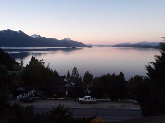 Apart Hotel Cabanas Balcon al Lago: atardecer desde la cabaña