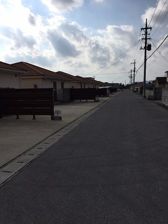 Nagura Village: 部屋の前からフロントのある方向を見た様子
