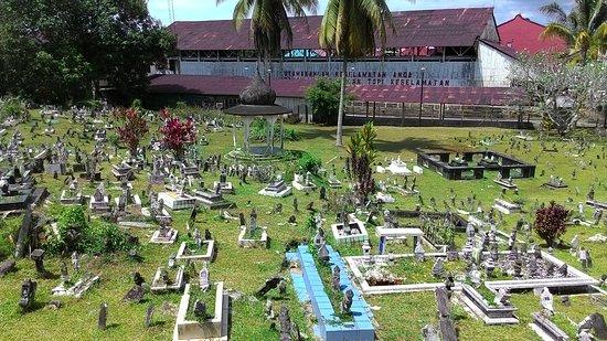 Kuching Mosque : 古晉清真寺前面的墓園