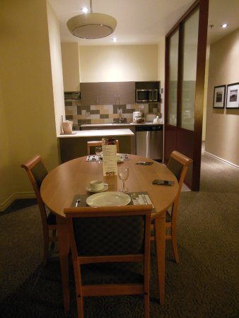 Le Square Phillips Hotel & Suites: Kitchen/dining