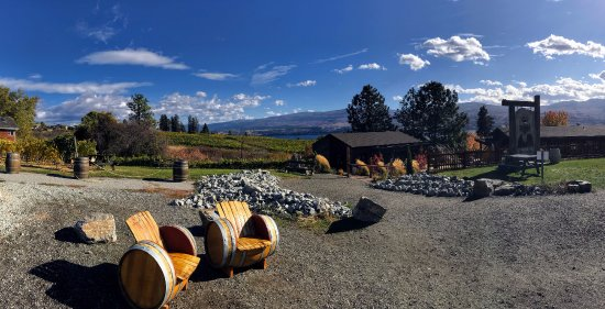 West Kelowna, แคนาดา: Walking up to the winery.