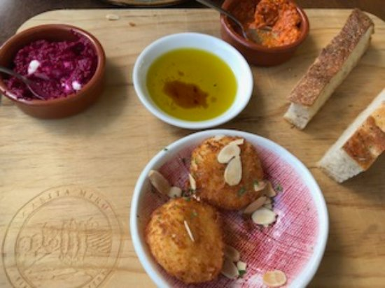 Onetangi, New Zealand: The goat cheese croquetas and Cat's handmade bread with beet dip and another tasty dip.