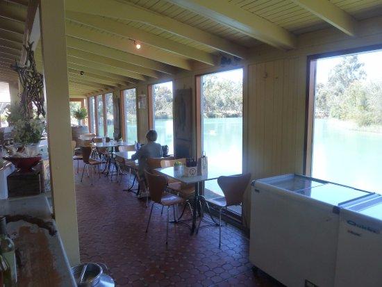 Nuriootpa, ออสเตรเลีย: Dinning area overlooking the pond.