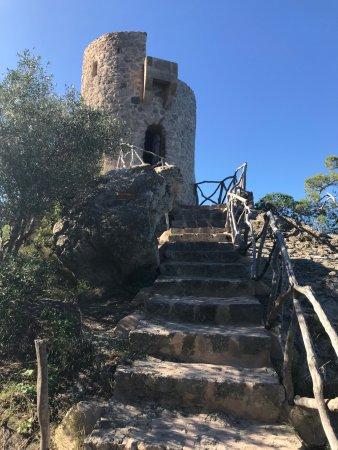 Bañalbufar, España: Die Treppen zum Turm hinauf.