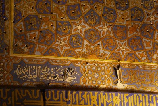 Tillya Kori Madrasah: 塩の影響で痛んでいる壁の装飾