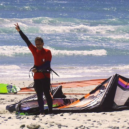 Table View, Sudáfrica: Me getting ready for the kitesurfing action with Kitekahunas!