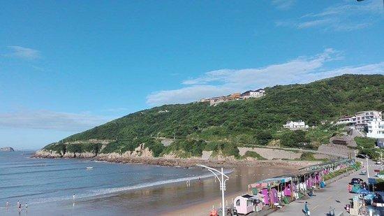 Shengsi County, China: Lingyin Temple visto dalla spiaggia dove c'era il mio hotel